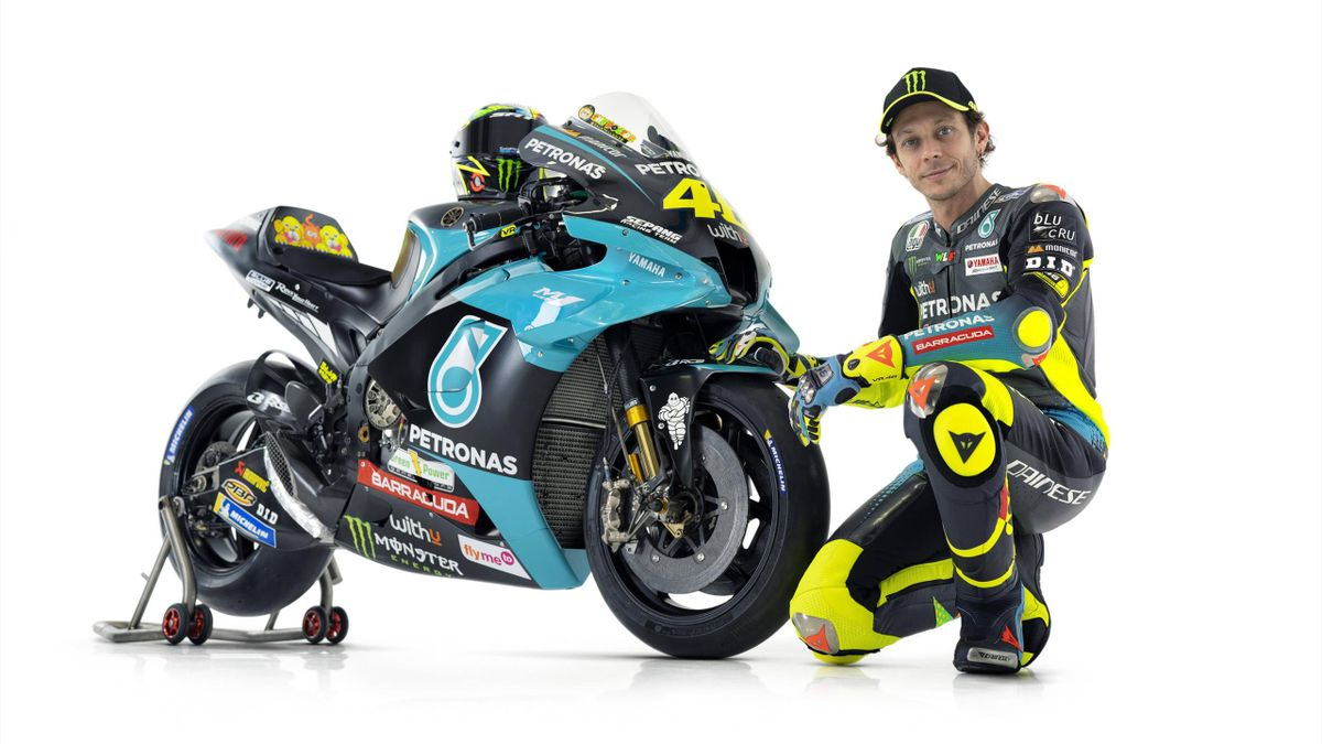 Valentino Rossi posa insieme alla Yamaha Petronas, Imago