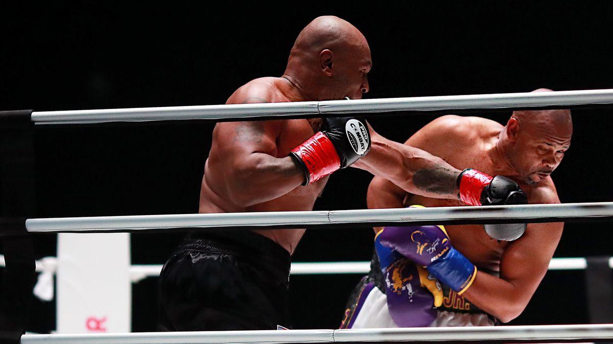 Mike Tyson (l.) gegen Roy Jones Jr.
