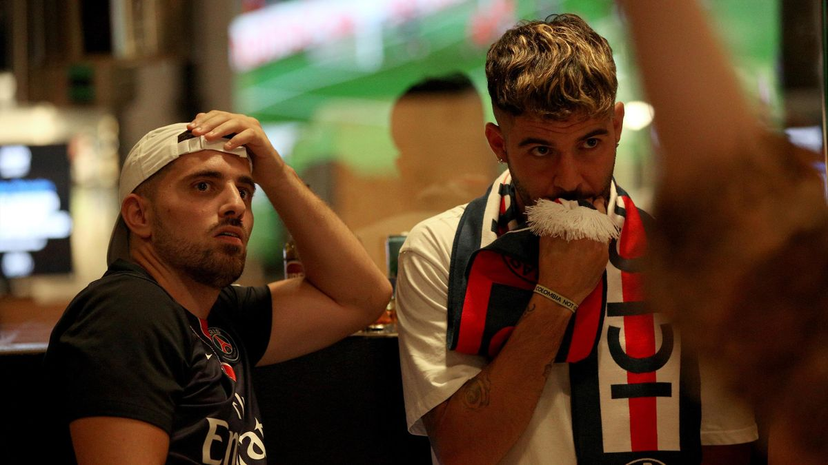 Deux supporters parisiens dépités à l'été 2020