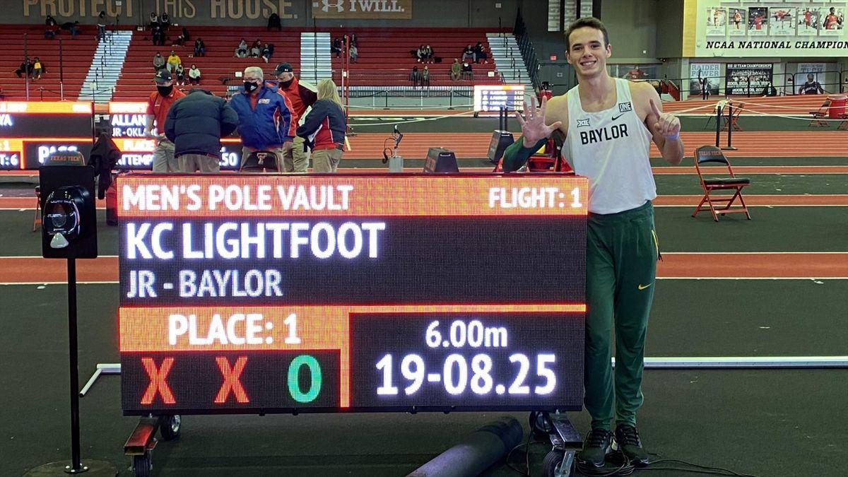 KC Lightfoot immortalise l'instant : il est le 25e homme à franchir 6 mètres, à la perche, le 13 févirer à Lubbock (Texas) - Via Baylor Track & Field - @BaylorTrack