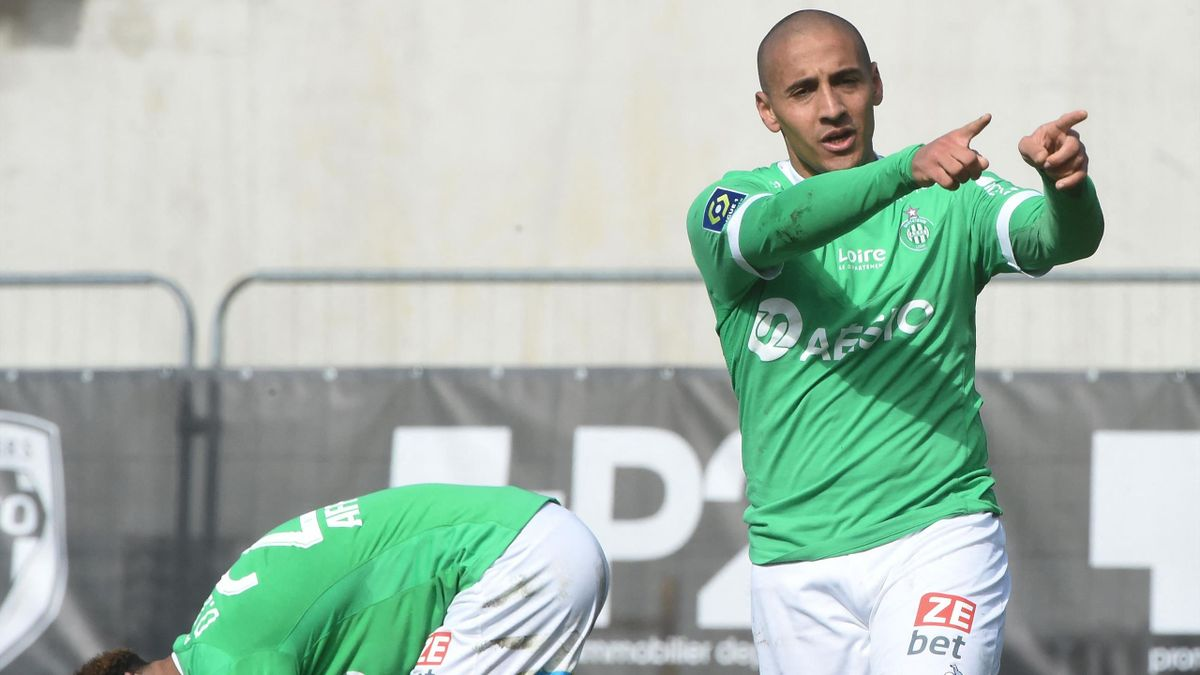 Saint-Etienne's Tunisian midfielder Wahbi Khazri (R) celebrates after scoring during the French L1 football match between Angers SCO and AS Saint-Etienne