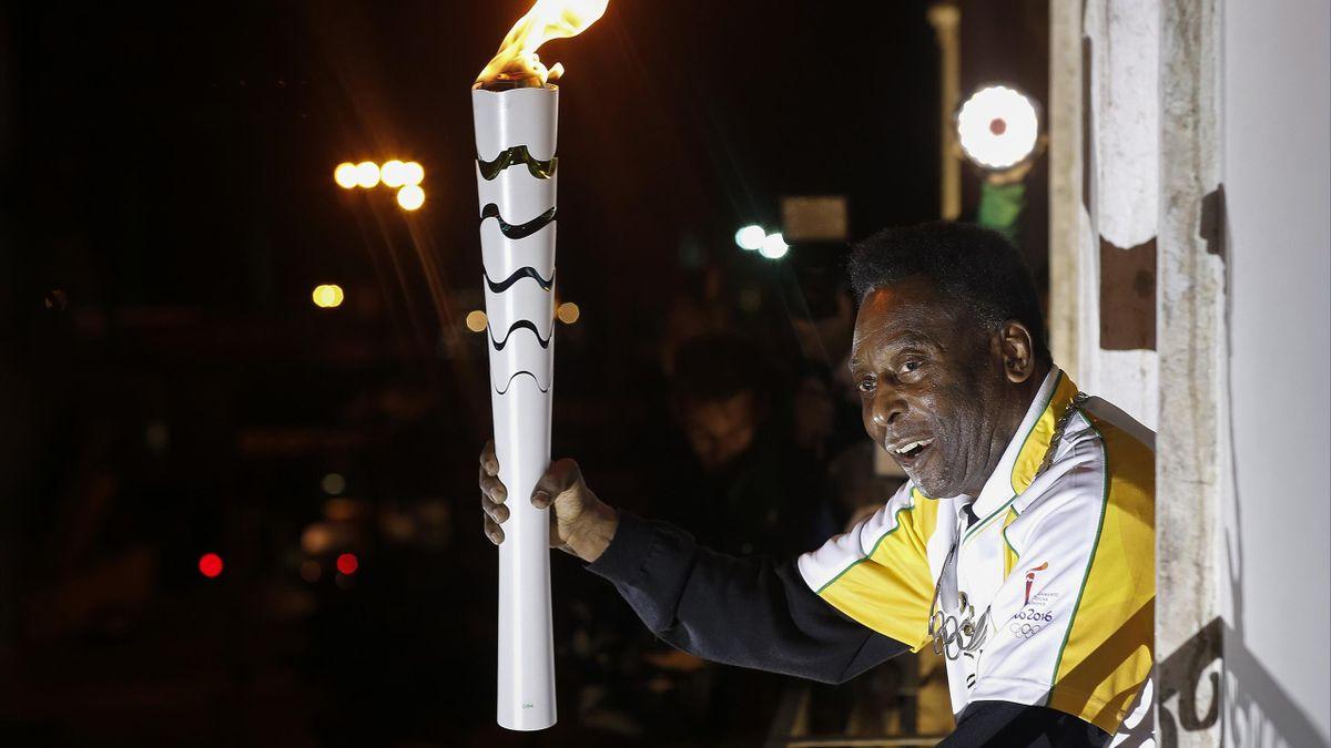 Pelé avec la flamme olympique