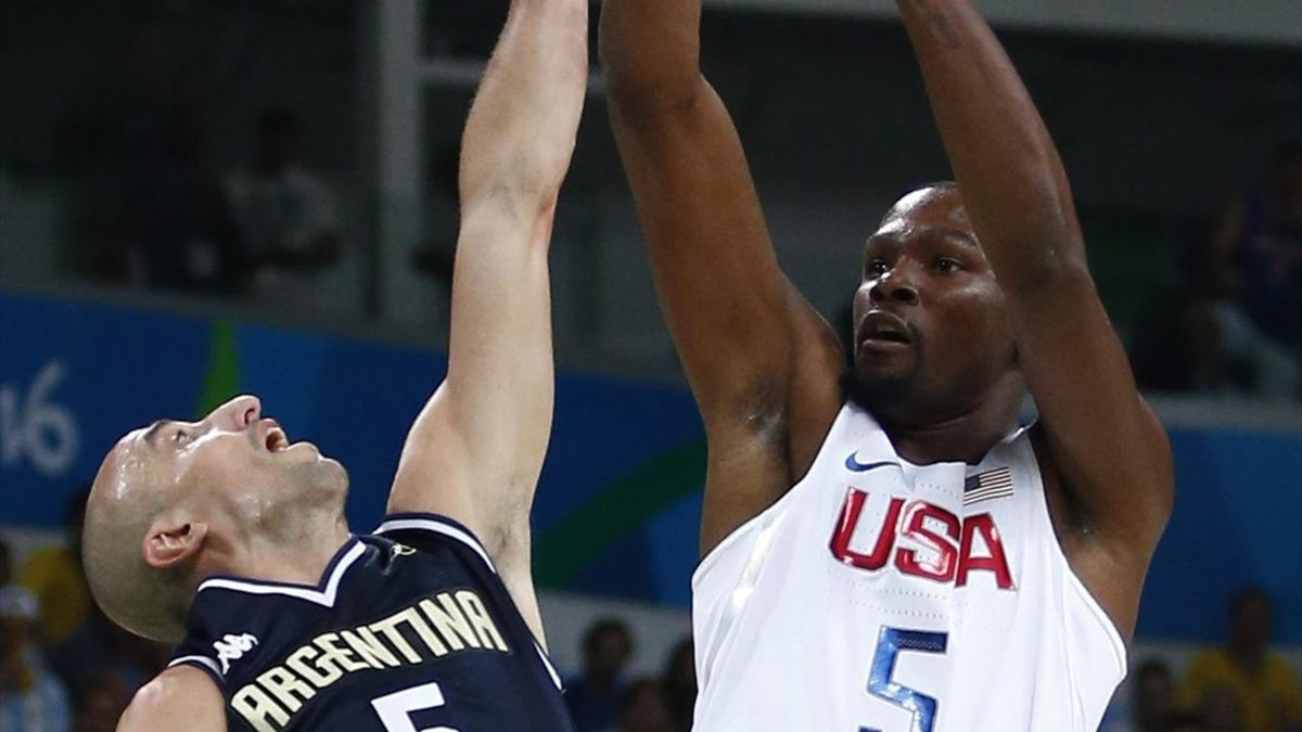 Kevin Durant (Estados Unidos) lanza a canasta en Río 2016
