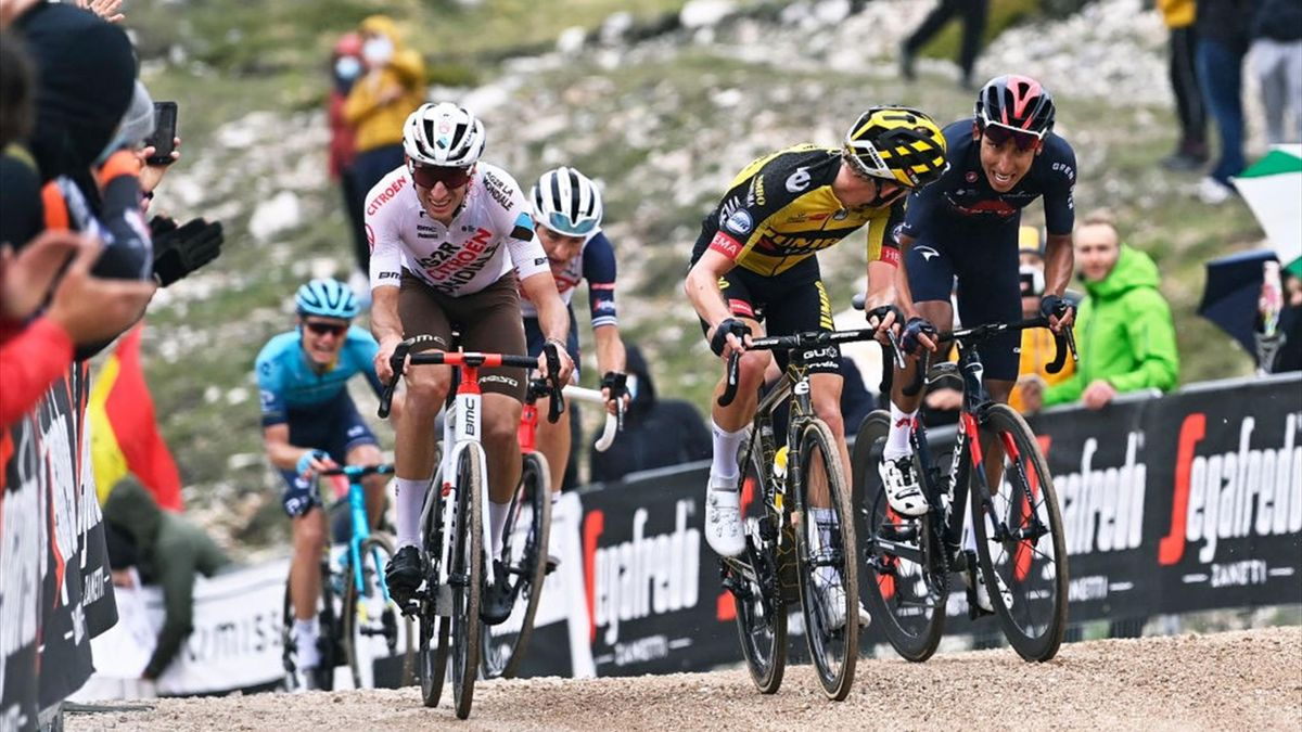 Egan Bernal raggiunge Bouchard e Bouwman prima del traguardo di Campo Felice sullo sterrato - Giro d'Italia 2021