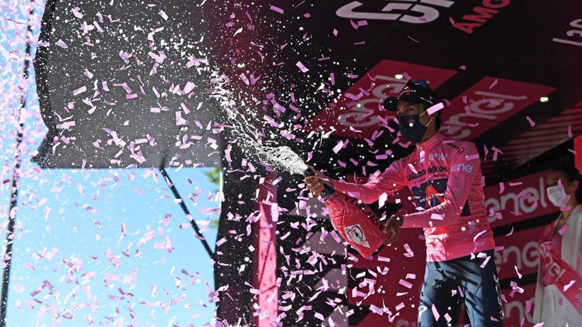Egan Bernal sul podio di Foligno con la maglia rosa - Giro d'Italia 2021