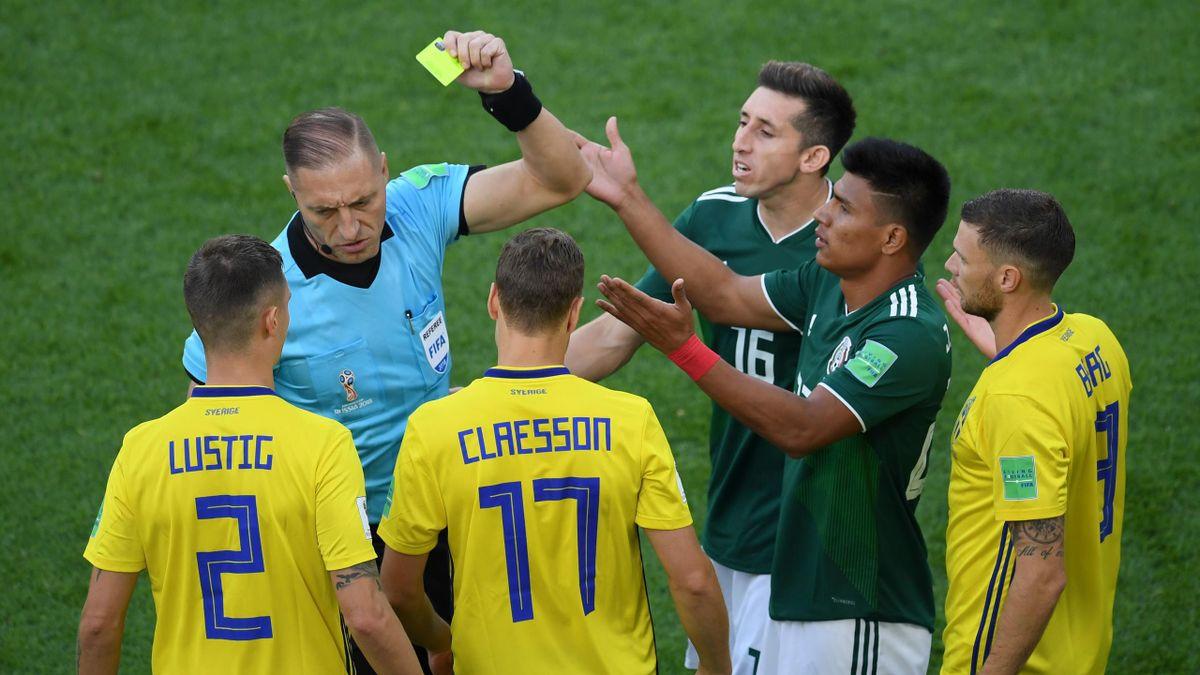 Jesus Gallardo reçoit un carton jaune lors de la rencontre entre le Mexique et la Suède / Coupe du monde 2018