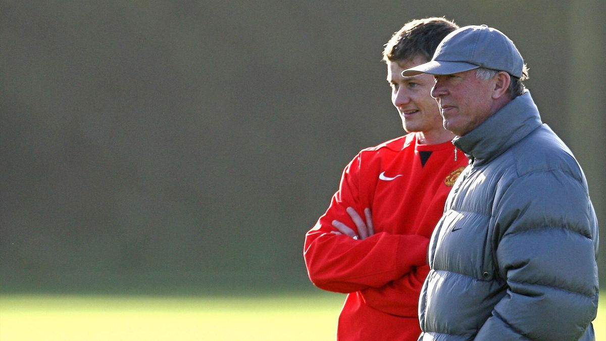 Manchester United football club manager Sir Alex Ferguson (R) talks with player Ole Gunnar Solskjaer as the team train at the Carrington training ground in Manchester, north-west England, 06 November 2007, ahead of their UEFA Champions League football mat