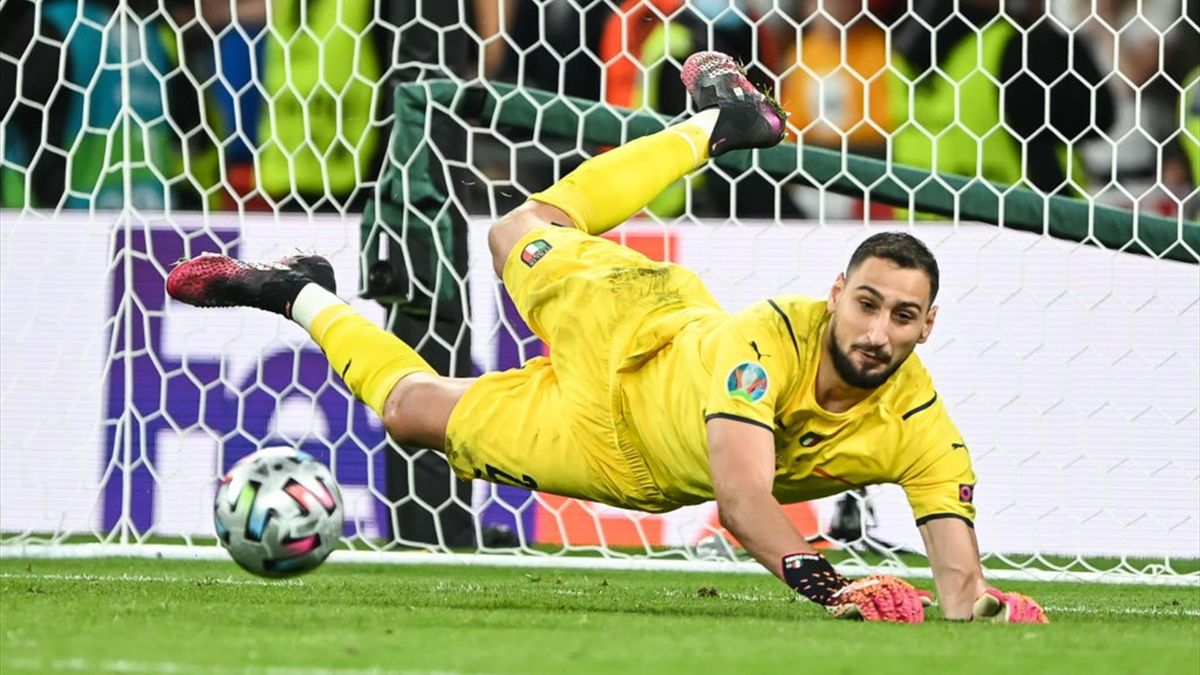 Gianluigi Donnarumma para un rigore durante la finale degli Europei Italia-Inghilterra