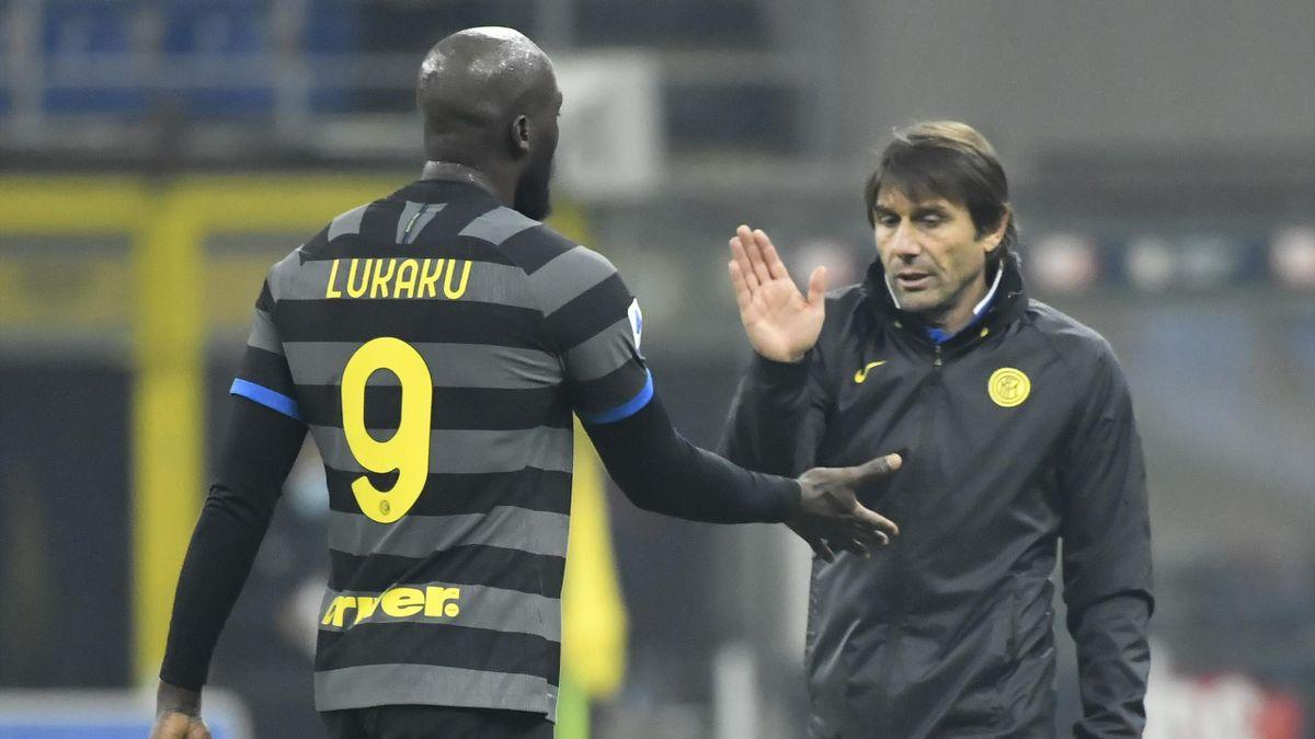 Antonio Conte si congratula con Romelu Lukaku, match winner dell'Inter nel risicato successo col Napoli, Serie A 2020-21, Getty Images