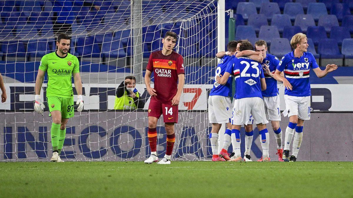 I giocatori della Sampdoria abbracciano Adrien Silva, Sampdoria-Roma, Imago