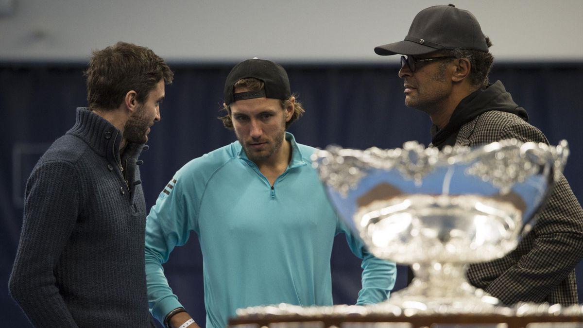 Gilles Simon, Lucas Pouille et Yannick Noah devant le trophée de la Coupe Davis
