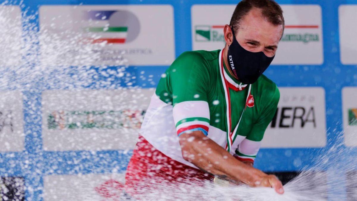Colbrelli con la maglia tricolore sul podio di Imola 2021 - Getty Images