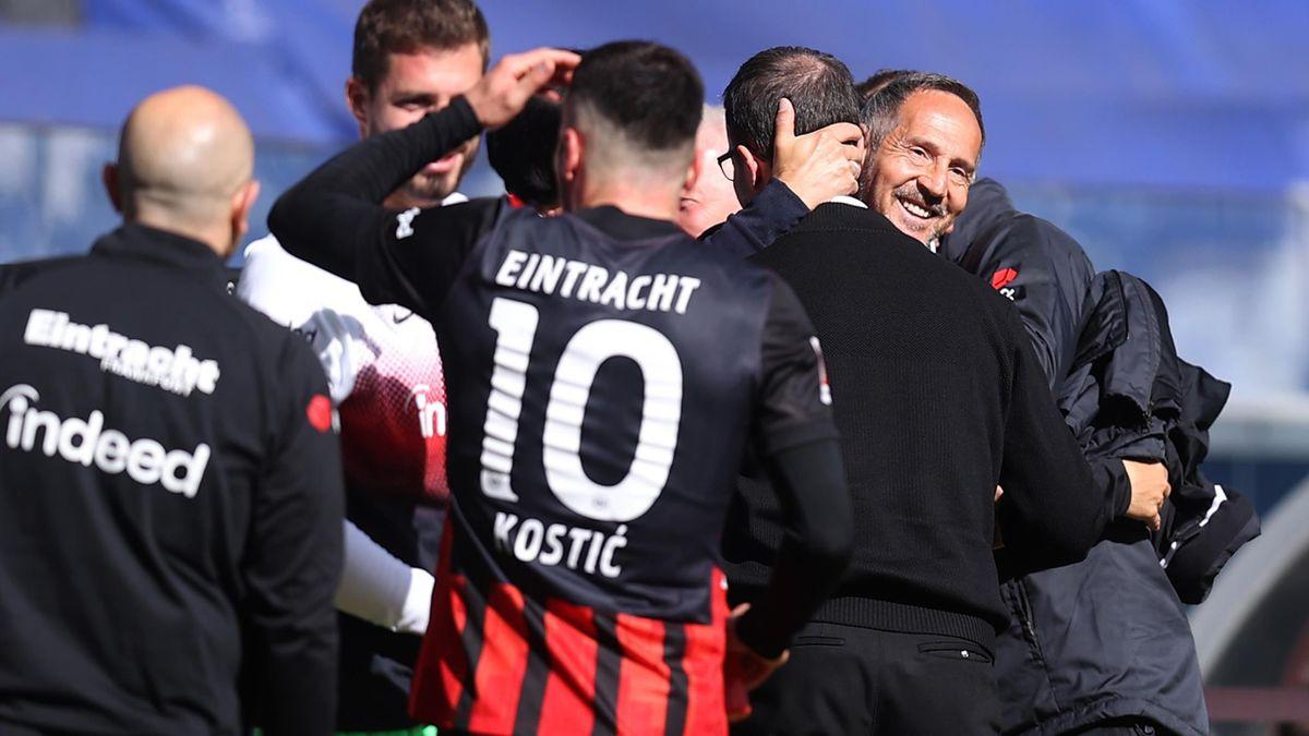 Adi Hütter (rechts) hatte einen versöhnlichen Abschied als Trainer von Eintracht Frankfurt gegen den SC Freiburg