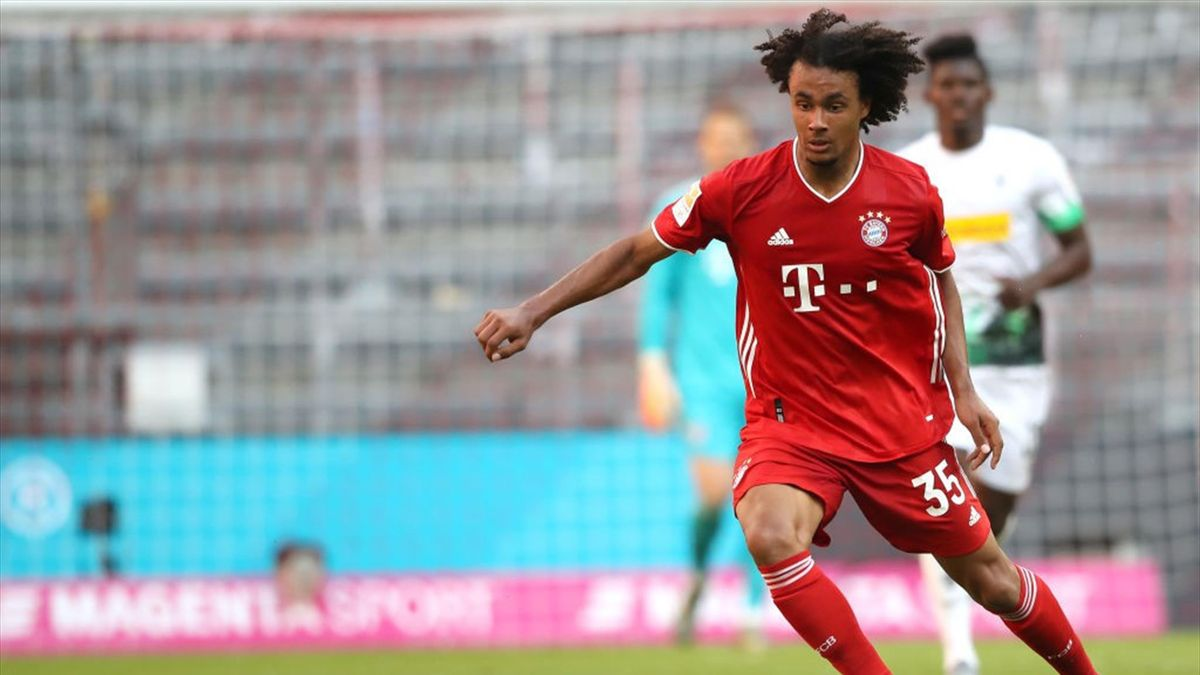 Joshua Zirkzee vom FC Bayern am Ball