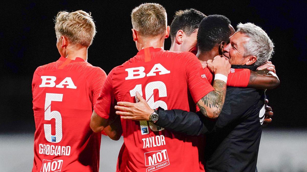 Brann-spillerne jubler sammen med trener Kåre Ingebrigtsen for 2-0 målet på overtid i eliteseriekampen i fotball mellom Stabæk og Brann på Nadderud stadion.