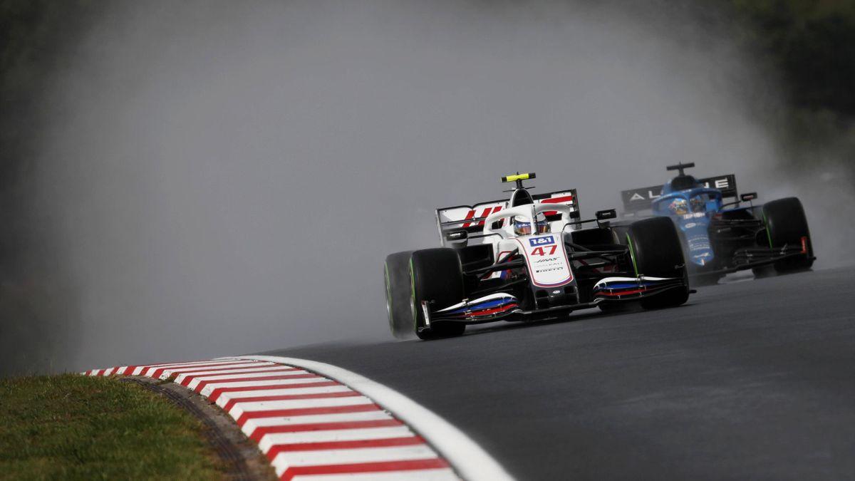 Mick Schumacher (Haas, links) und Fernando Alonso (Alpine)