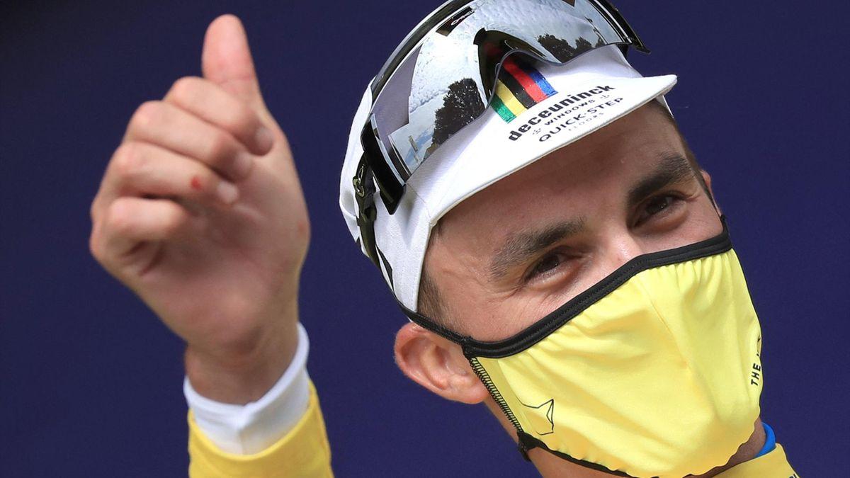 Julian Alaphilippe a le sourire, sous son masque jaune, au soir de la 1re étape du Tour de France - 26/06/2021