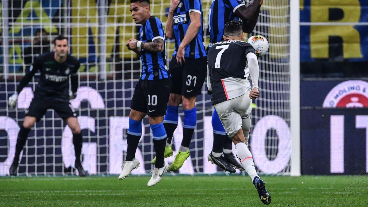Cristiano Ronaldo frappe un coup franc lors de la rencontre opposant la Juventus à l'Inter, le 8 mars 2020