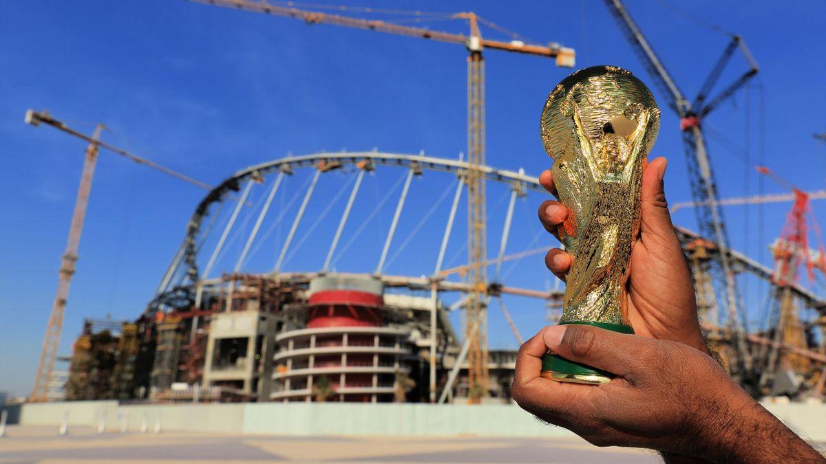 Une réplique de la Coupe du monde devant le chantier du Khalifa International Stadium, le 31 janvier 2016 à Doha, capitale du Qatar.