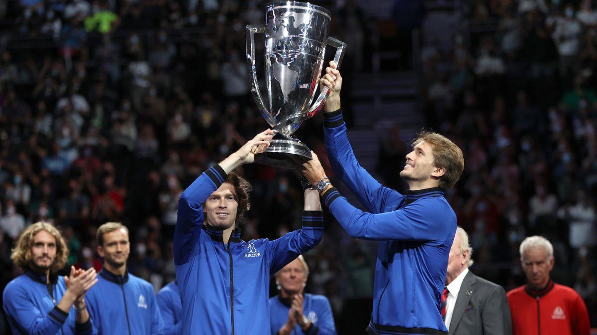Andrey Rublev y Alexander Zverev levantar el trofeo de la Laver Cup ante la mirada de John McEnroe