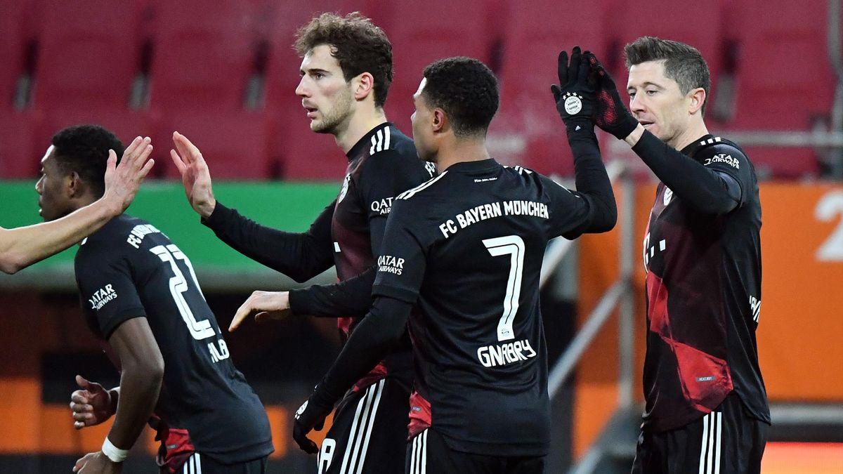 Robert Lewandowski (r.) jubelt über sein 1:0 - FC Augsburg vs. FC Bayern München