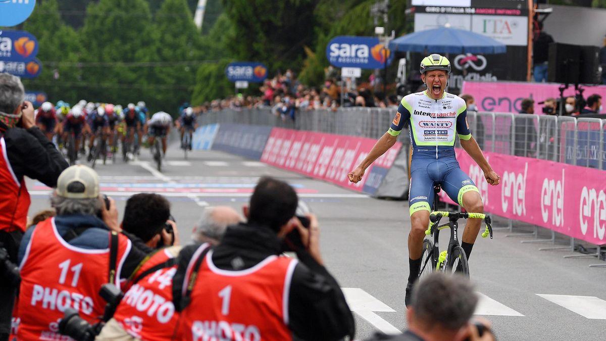 Taco van der Hoorn (Intermarché - Wanty - Gobert Matériaux) bejubelt seinen überraschenden Sieg auf der 3. Etappe des Giro d'Italia 2021