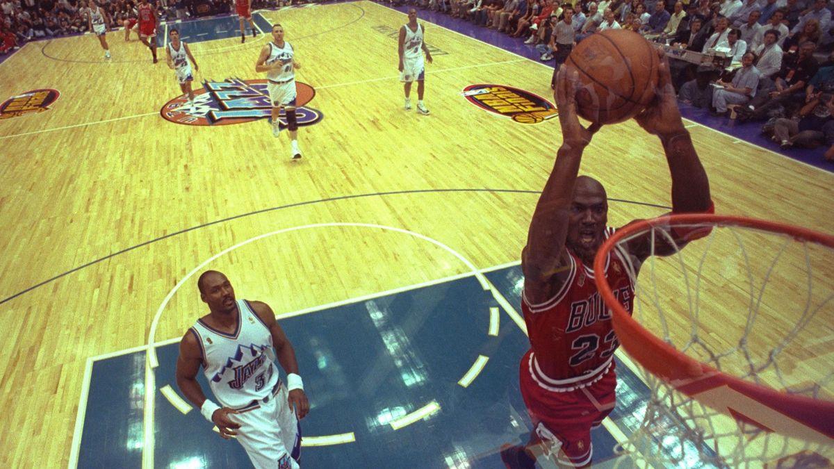Michael Jordan reușește un slam dunk sub privirile lui Karl Malone