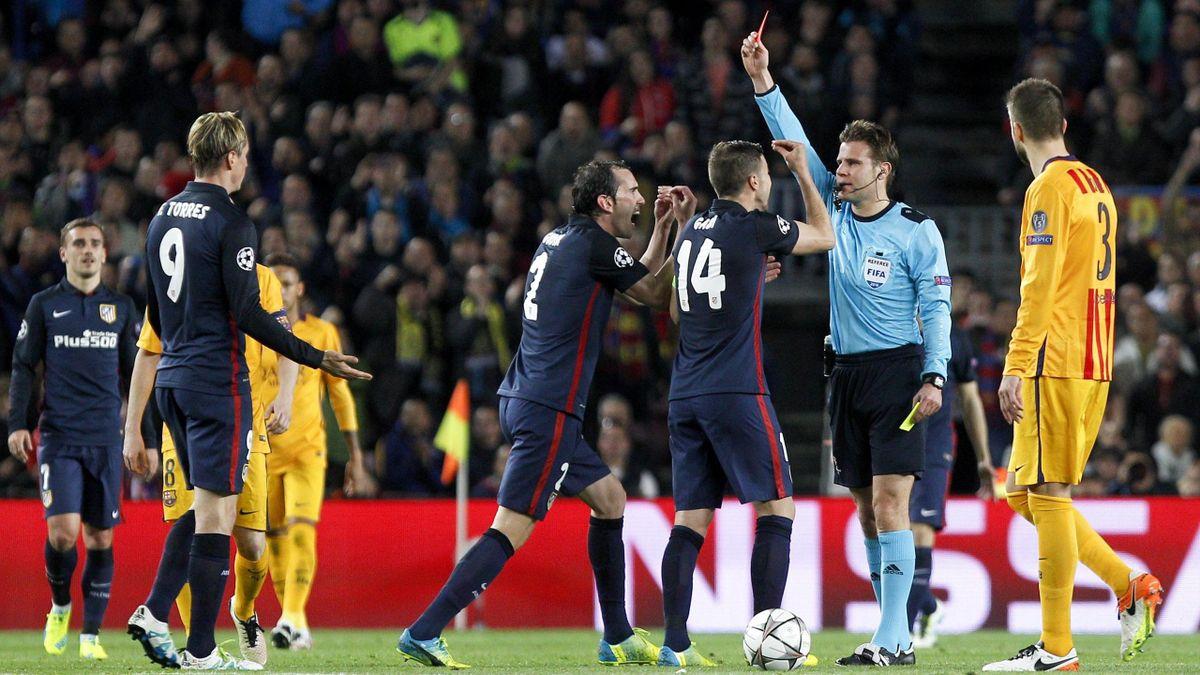 El árbitro alemán Felix Brych, enseñando la tarjeta roja a Fernando Torres en el Barcelona-Atlético de Champions League