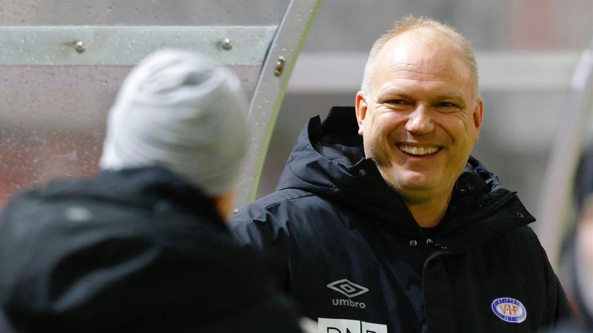VIF-trener Dag-Eilev Fagermo tok seg en tur til Nadderud stadion mandag for å inspisere gresset før Stabæk-Vålerenga onsdag kveld. Her fra kampen mot Aalesund for to runder siden