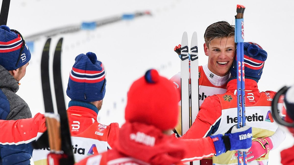 Norway's Johannes Hoesflot Klaebo (2R) celebrates with teammates after crossing the finish line of the Men's cross country skiing relay 4x10km event at the FIS Nordic World Ski Championships on March 1, 2019 in Seefeld, Austria