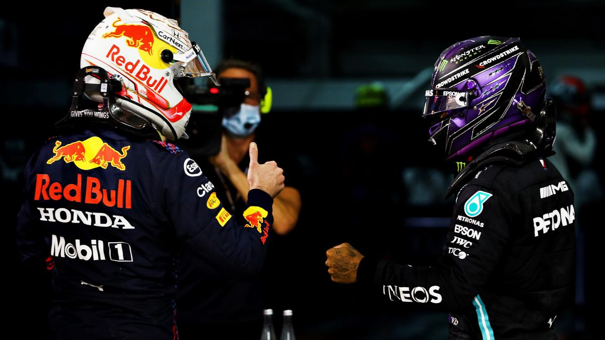 Max Verstappen e Lewis Hamilton si scambiano i complimenti dopo il GP del Bahrain
