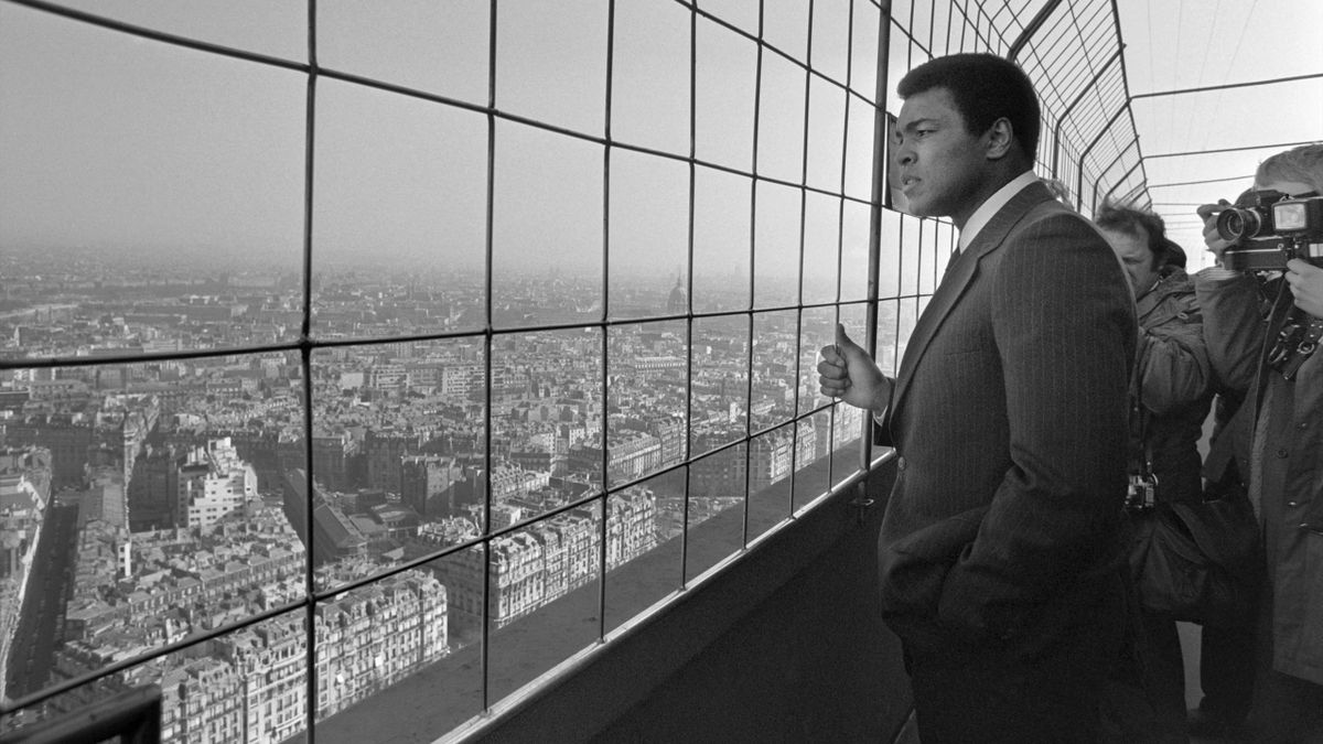 World heavyweight champion US Muhammad Ali (C) visits the Eiffel Tower on March 05, 1976 in Paris.