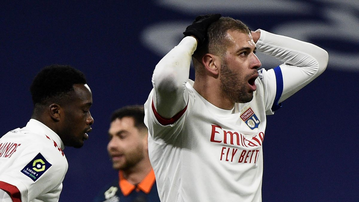 Islam Slimani dépité après la défaite de l'OL face à Montpellier (1-2)