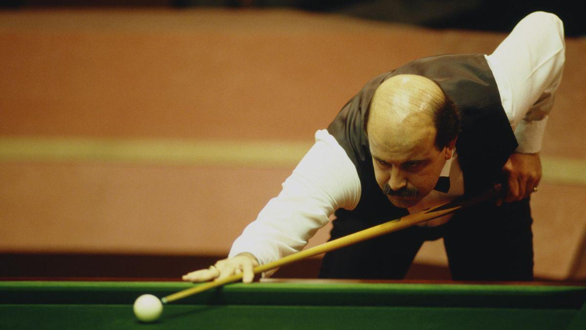 Legenda din snooker, Willie Thorne, în timpul unei partide