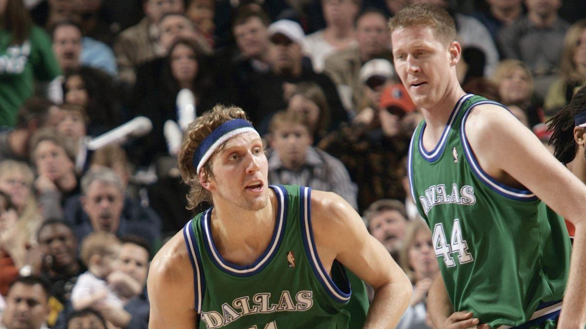 Shawn Bradley (l.) mit Dirk Nowitzki