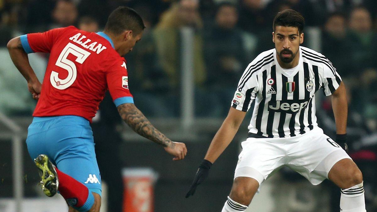 Juventus-Star Khedira (re.) im Spitzenspiel gegen Neapels Allan (li.)
