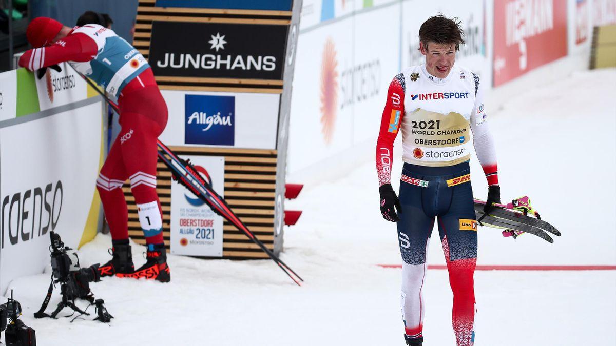 Johannes Hösflot Klaebo (r.) und Alexander Bolschunow nach dem 50-km-Rennen der WM 2021