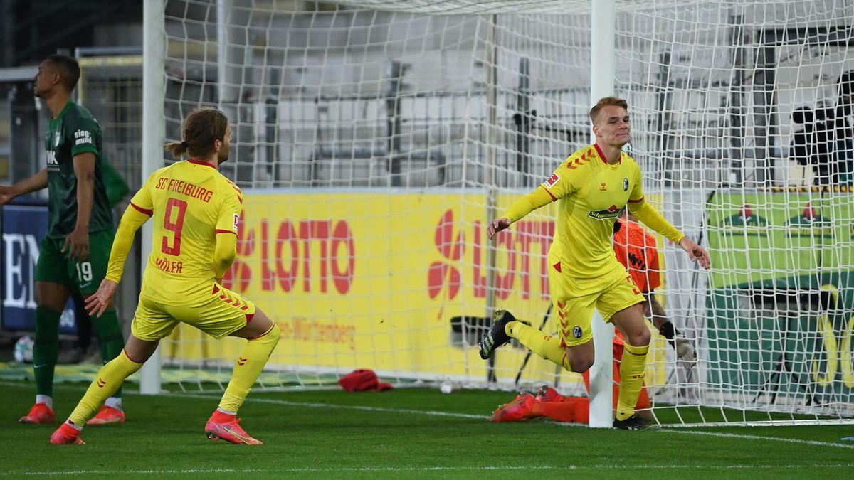 Philipp Lienhart (rechts; SC Freiburg) bejubelt seinen Treffer gegen den FC Augsburg