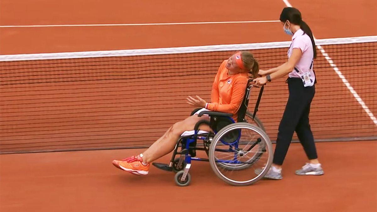 Kiki Bertens a părăsit terenul de la Roland Garros în scaun cu rotile
