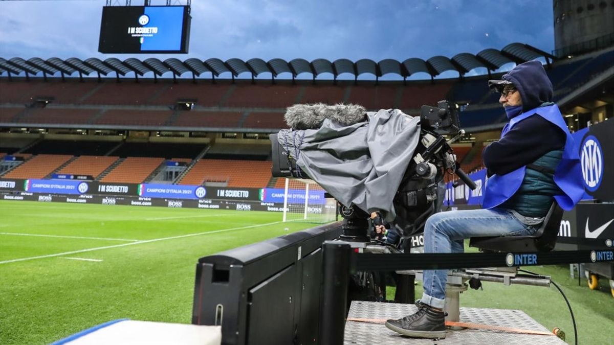 Un operatore televisivo al lavoro a San Siro - Serie A 2020-21