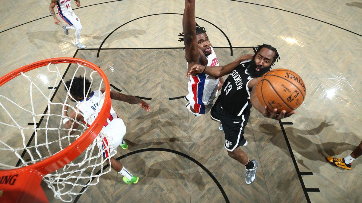 James Harden (Nets) attaque le cercle face aux Pistons - 14/03/2021