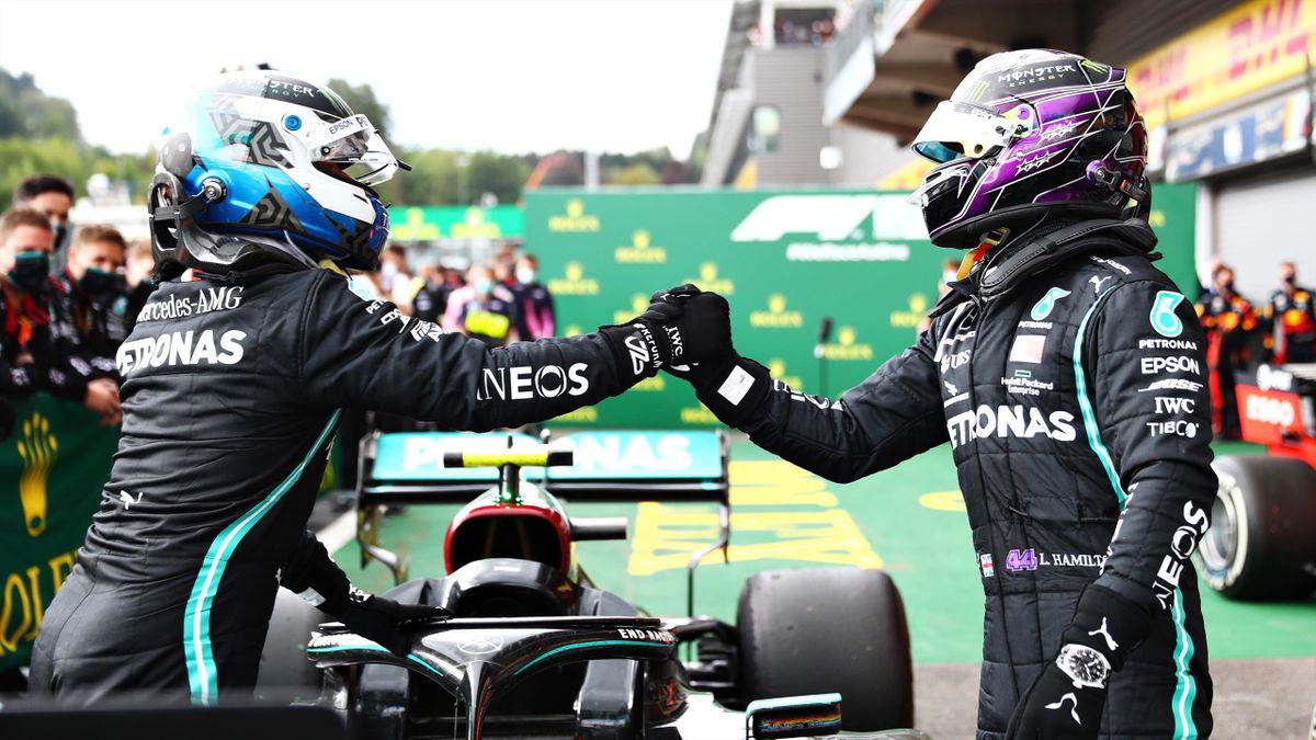 Valtteri Bottas et Lewis Hamilton se congratulent après le doublé Mercedes lors du Grand Prix de Belgique 2020