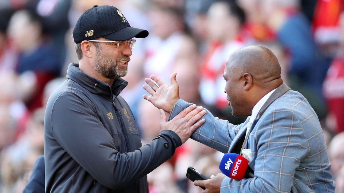 Liverpool-manager Jürgen Klopp og tidligere fotballspiller John Barnes.
