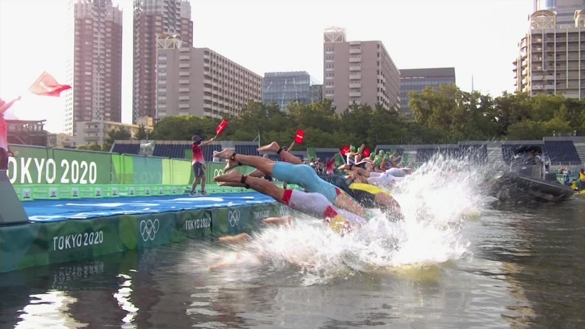 Tokyo 2020 Triathlon: Bad start on triathlon race as a boat stayed in front of pontoon when swimmers dived