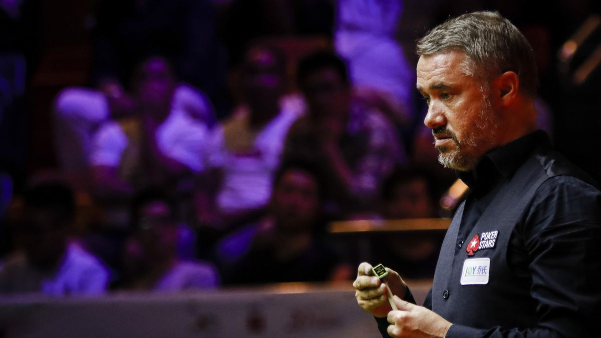 Stephen Hendry in action.