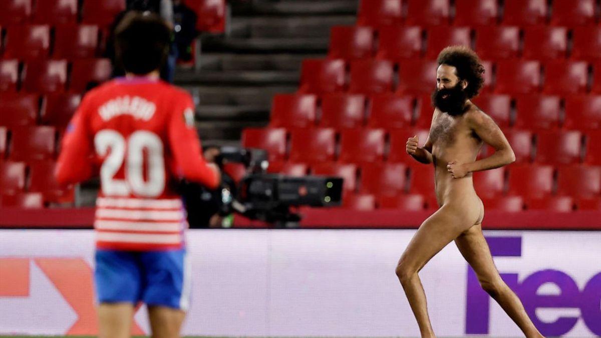 Un uomo completamente nudo invade il campo a Granada durante Granada-Manchester United Europa League 2020-21