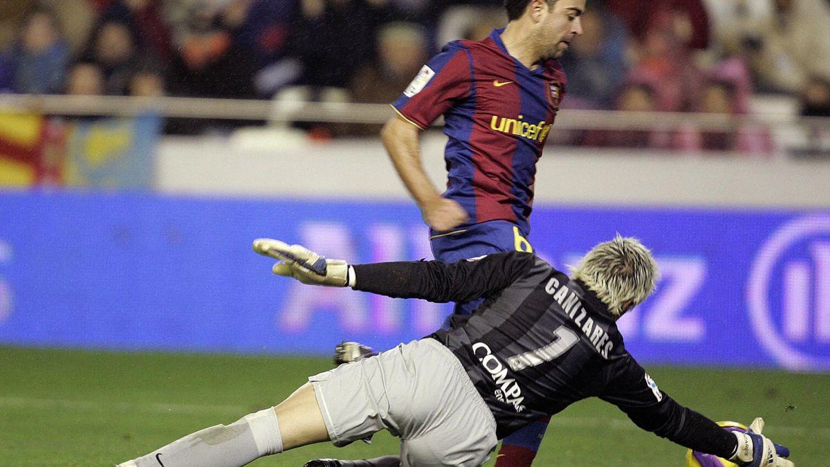 Canizares, în duel cu Xavi, cel care îi va lua probabil locul lui Koeman la Barcelona