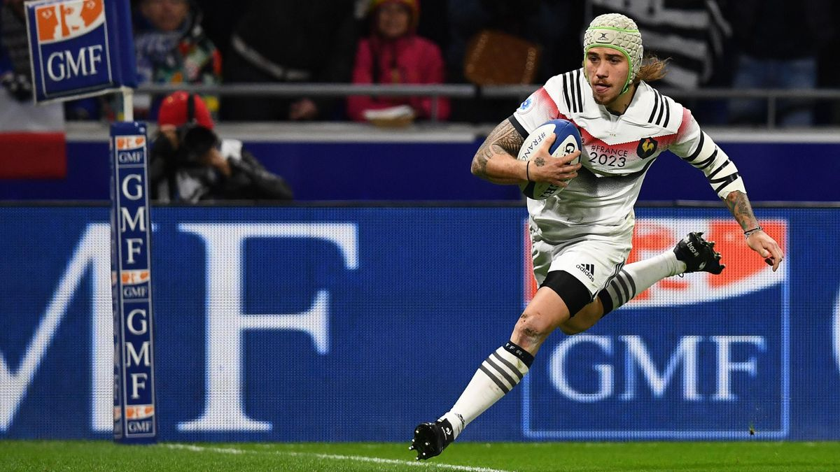 France's right wing Gabriel Lacroix runs to scores a try during the international rugby union test match between France and New Zealand at the Groupama Stadium in Decines-Charpieu, central eastern France, on November 14, 2017.