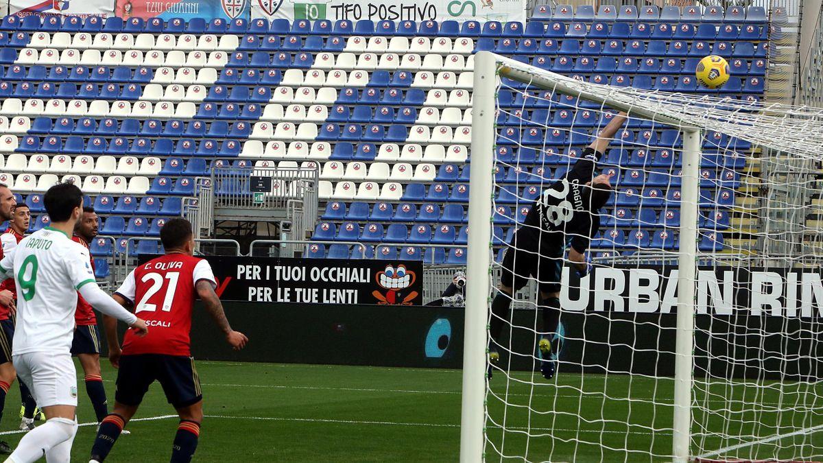 Alessio Cragno in uno dei tanti interventi decisivi in Cagliari-Sassuolo