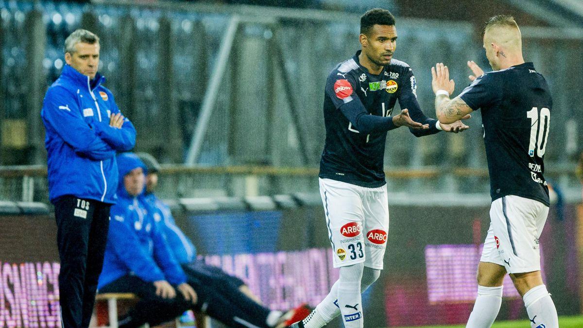 Marco Tagbajumi kommer inn for Marcus Pedersen (t.h.) under eliteseriekampen i fotball mellom Strømsgodset og Stabæk på Marienlyst stadion. Godset-trener Tor Ole Skullerud i bakgrunnen til venstre.